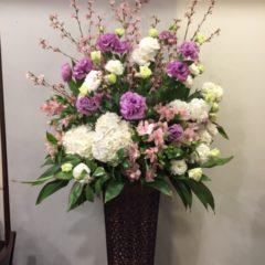 季節の枝ものとトルコキキョウのスタンド花