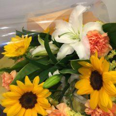 ヒマワリと白ユリの花束