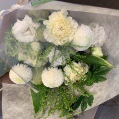 白・クリーム系の花束