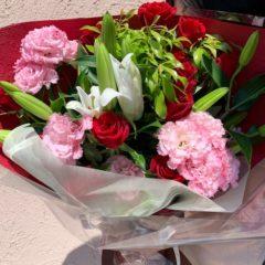 赤バラとユリの花束